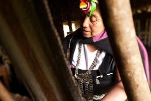 Mujer mapuche telar