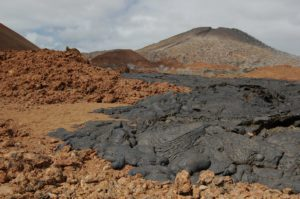 Cones de lave noirs et bruns aux îles Galapagos