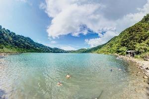 Lagune de Yaxha au Guatemala