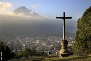 Antigua, vue sur le volcan Acatenango