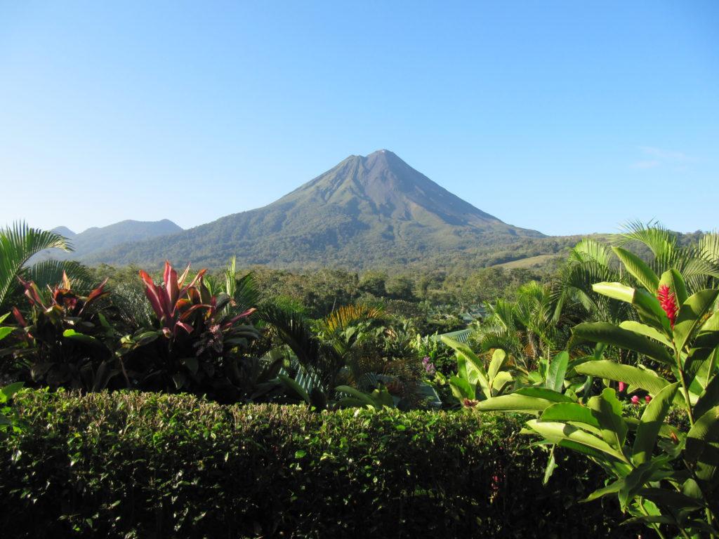 Situé au coeur du Parc National du même nom, le volcan Arenal se dresse au milieu de la végétation du parc. Que voir au Costa Rica ?