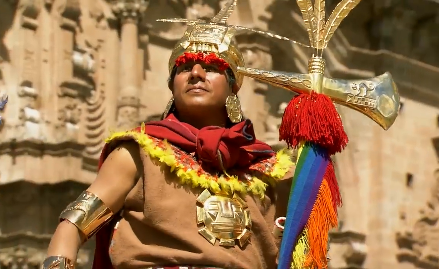 On peut voir, le Grand Inca vêtu de son costume traditionnel pendant l'Inti Raymi. Guide de l'Inti Raymi.