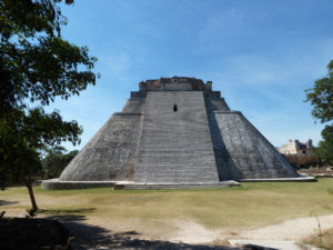 pyramide-ruines-uxmal-au-yucatan