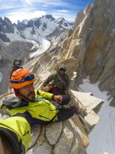 Deux grimpeurs en pleine ascention de la falaise d'El Chalten en Argentine
