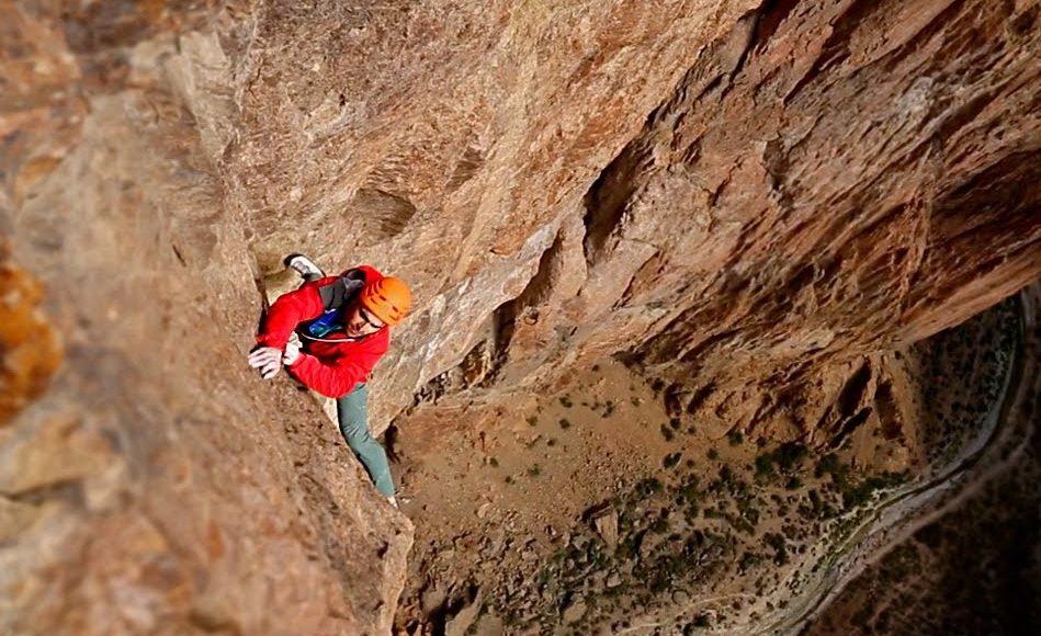 grimpeur escalandant la falaise de piedra parada en Argentine