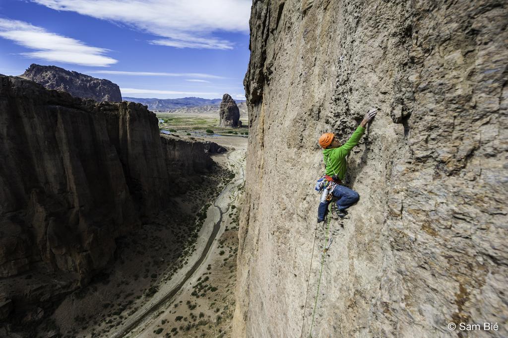 grimpeur lors d'une compétition international d'escalade en Argentine à Piedra Parada