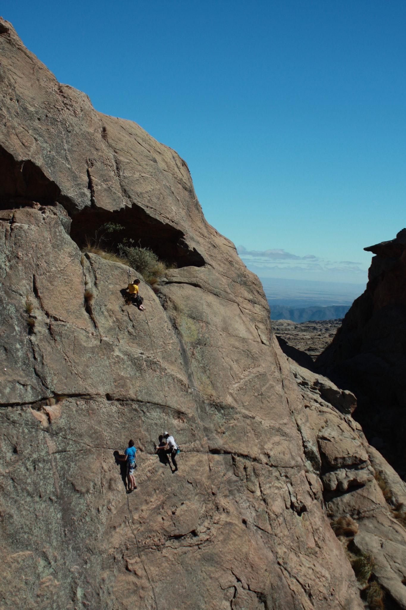 Trois grimpeurs entrain de faire de l'escalade en Argentine à La Ola