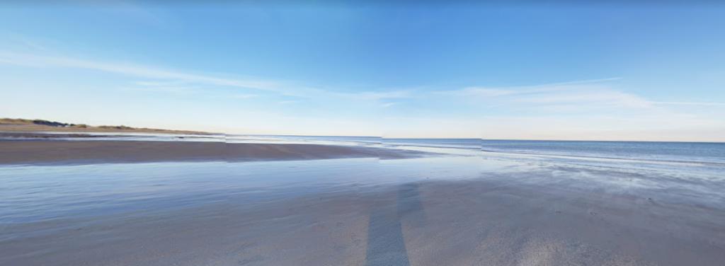 Panorama sur la plage de Pehuen-Co qui montre une belle étendue d'eau