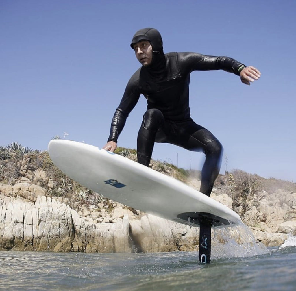 Ramón Navarro sur sa planche de surf