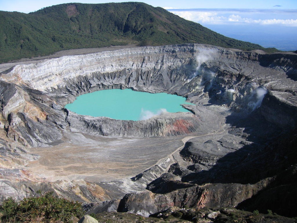 Cratère du volcan POAS. Un lac couleur emeraude.