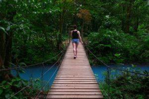 femme sur un chemin du Parc national du volcan Tenorio