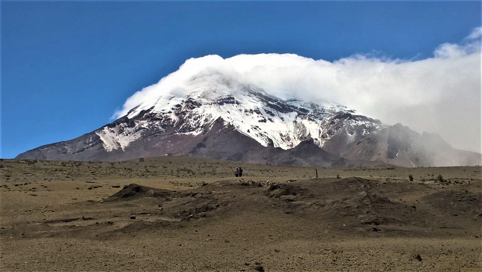 Un des volcans d'Équateur : le Chimborazo avec des nuages à son sommet