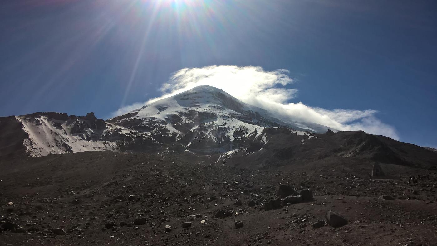 volcan Chimborazo avec le sommet ensoleillé