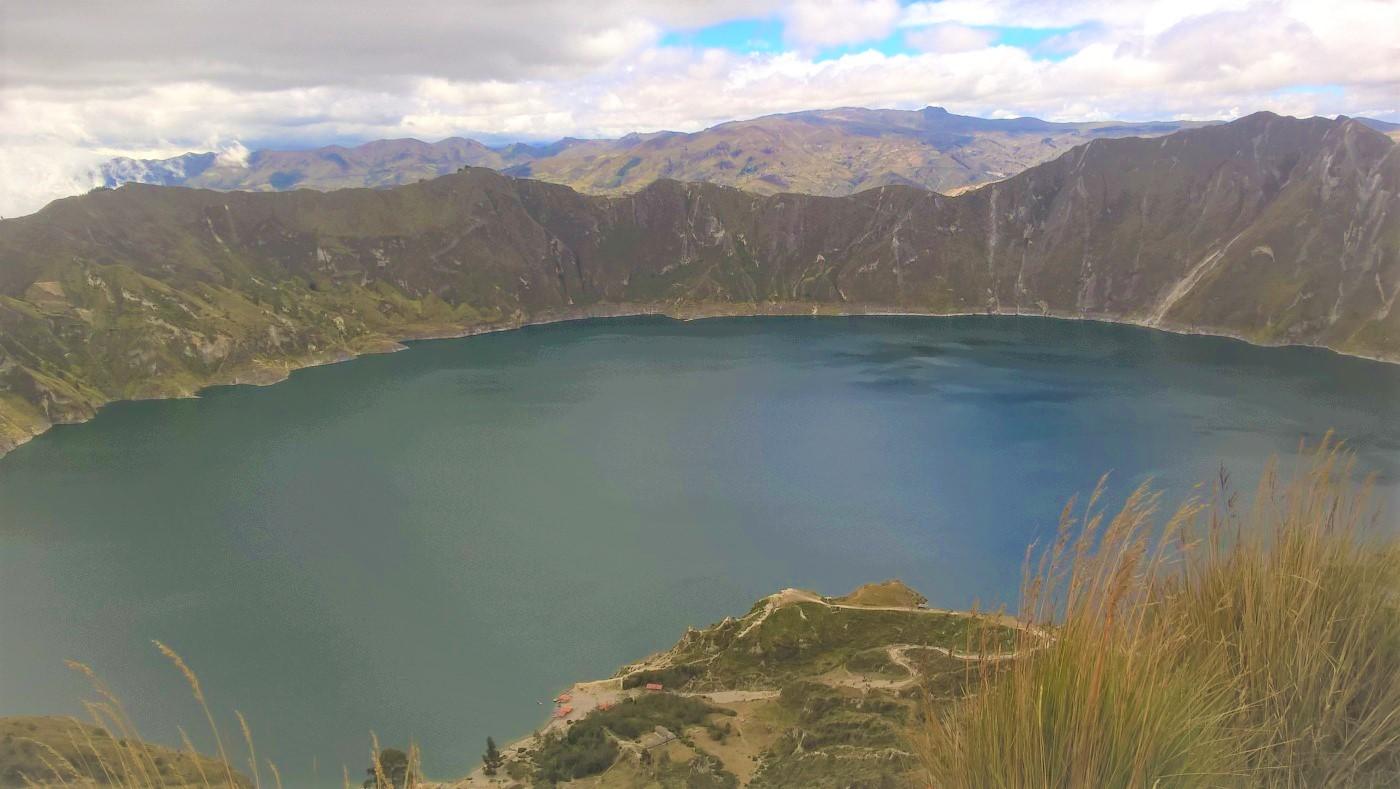 Les volcans d'Équateur : vue d'ensemble de la lagune de Quilotoa,