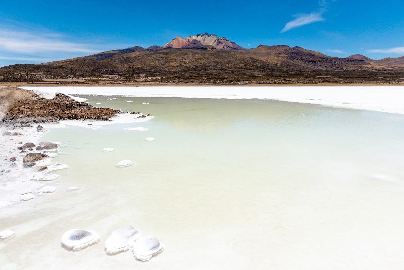 Concrétions salées sur un lac en bolivie