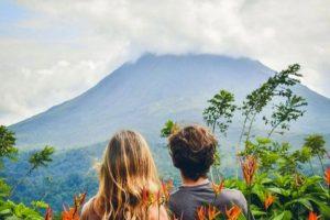 couple qui regarde le volcan Arenal depuis le parc national