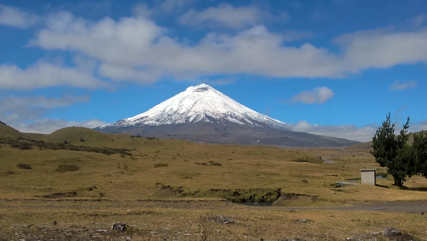 Les volcans d'Équateur: le volcan Cotopaxi vu de loin