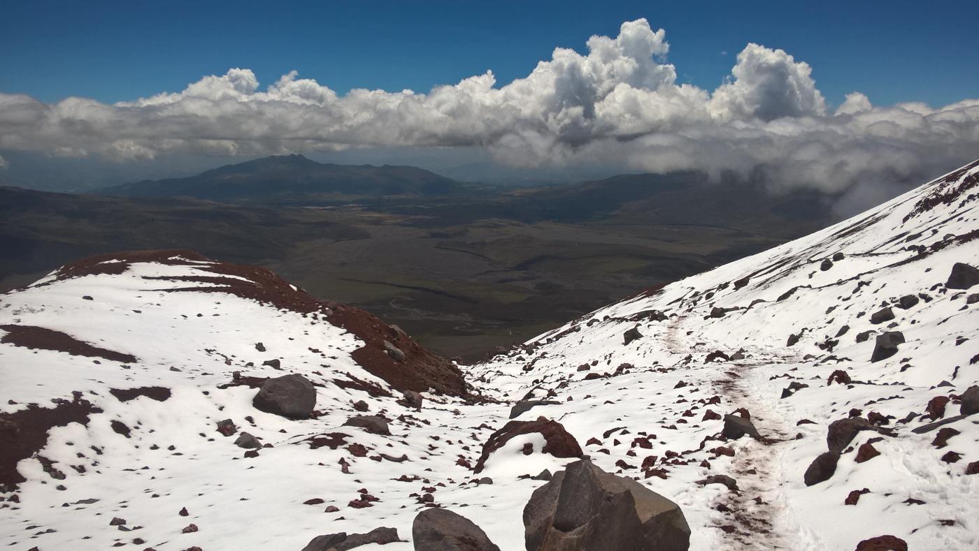 photo prise depuis le Cotopaxi enneigé où l'on observe les vallées