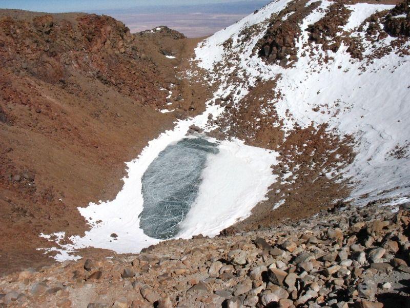 Laguna gelada dans le cratère du volcan Licancabur