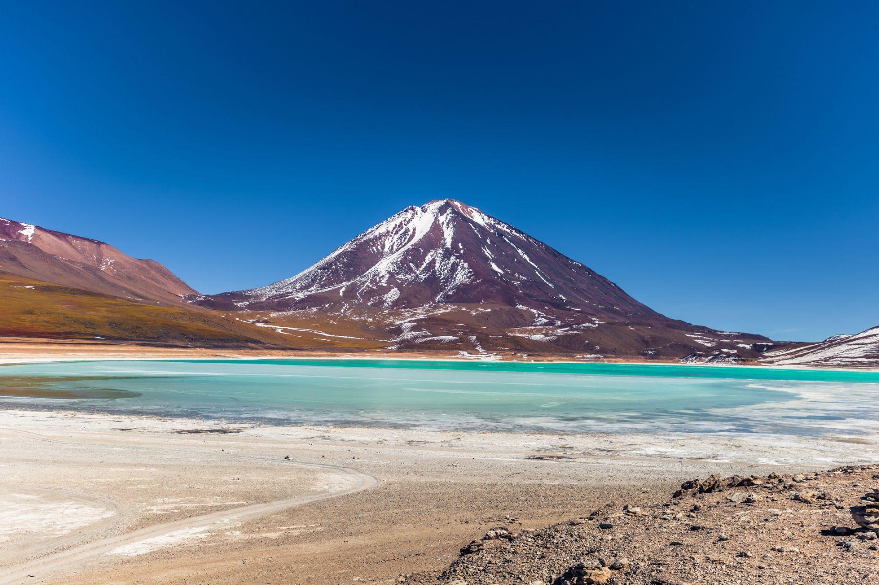 Le Volcan Licancabur : un géant aux pieds de sel