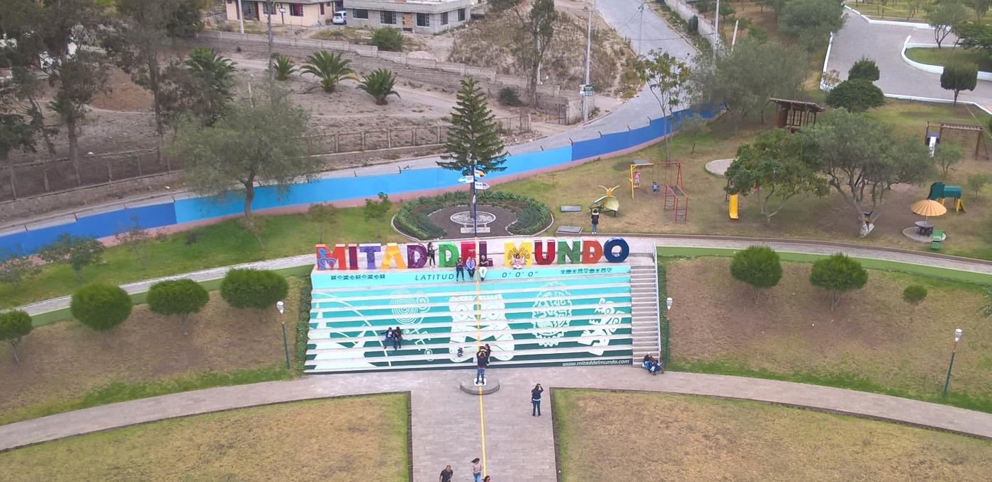 lettres colorées avec écrit Mitad del Mundo
