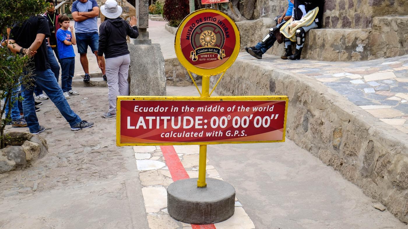 """panneau indiquant la latitude 0° 0' 0"""""""