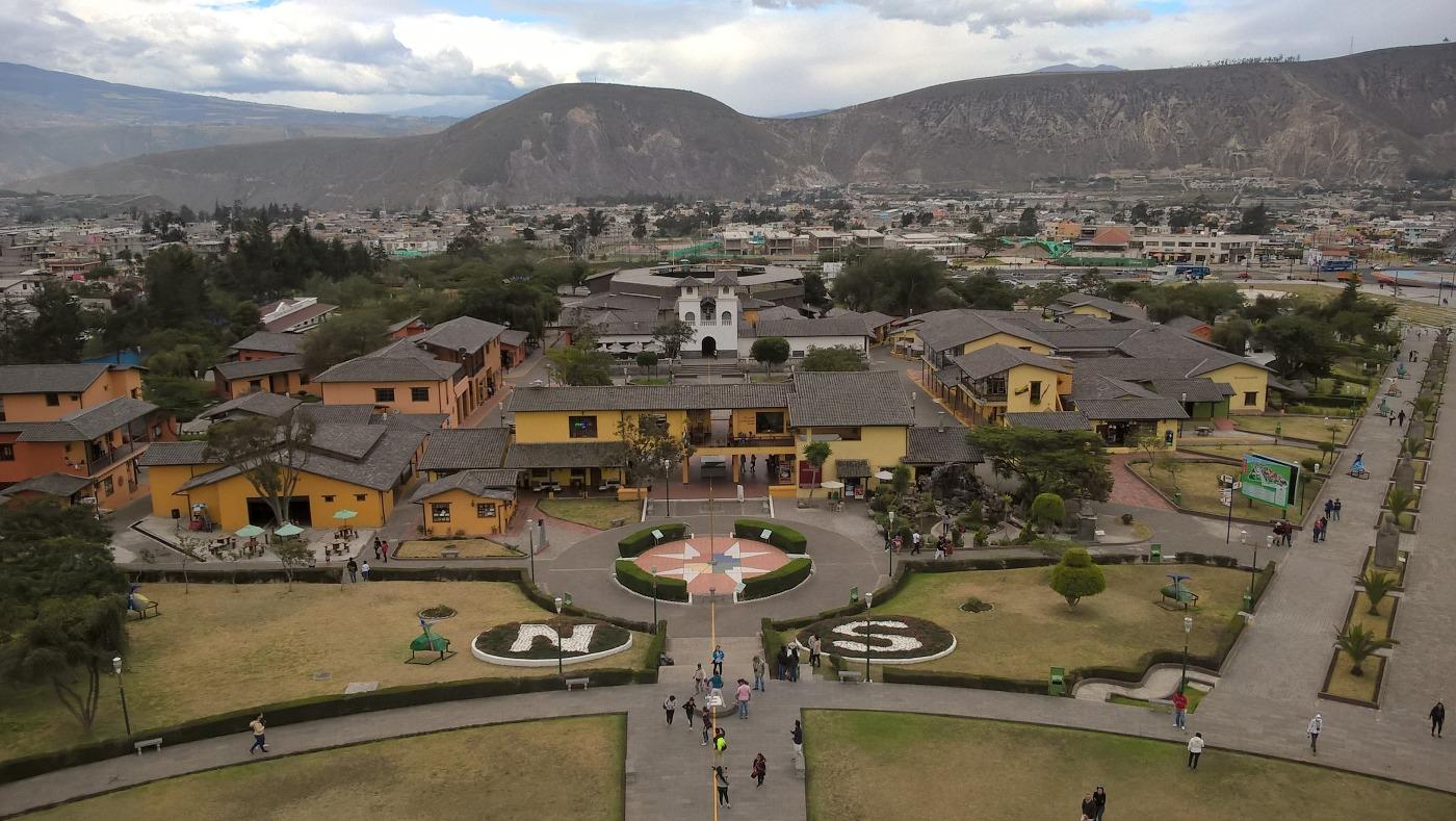 Vue depuis le haut du monument de la Mitad del Mundo avec écrit Nord et Sud au sol