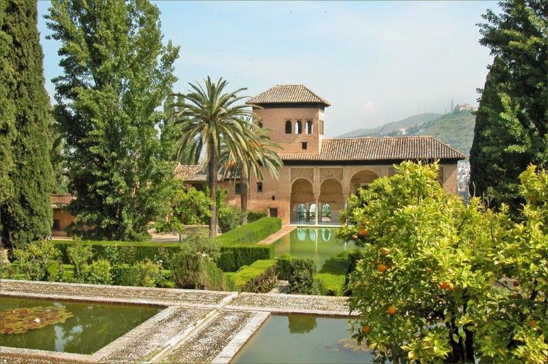 Partez à la rencontre de l'Andalousie : le portal de l'Alhambra de Grenade avec ses beaux bassins
