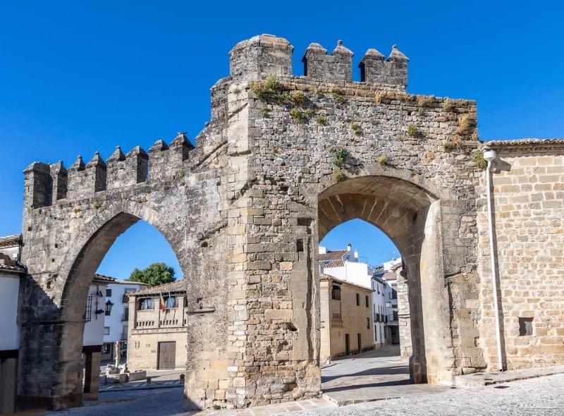 Visiter l'Andalousie : la Porte de Jaén et arc de Villalar sur la Plaza del Populo, à Baeza.