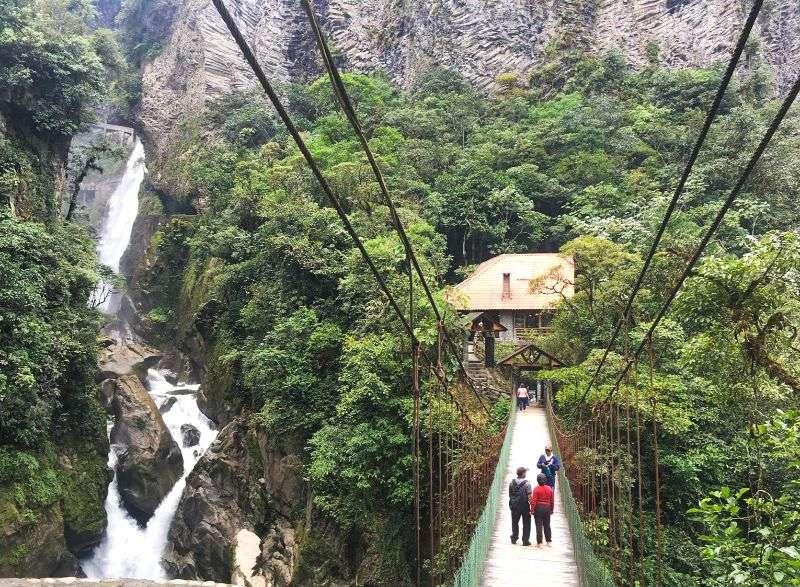 Cascade et pont à Baños de Agua Santa