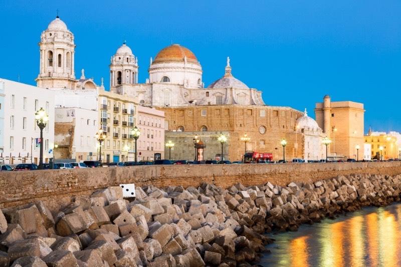 Découvrir l'Andalousie : la cathédrale de Cadix sous un beau ciel bleu