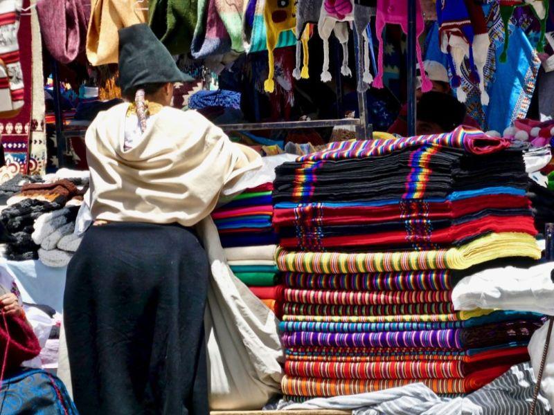 Femme kichwa au marché artisanal d'Otavalo