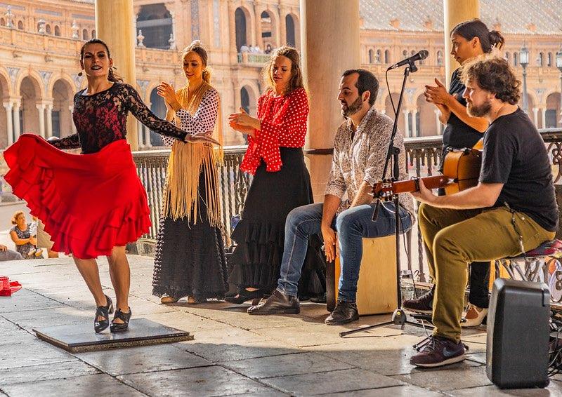 Musiciens et danseuse de Flamenco en plein action