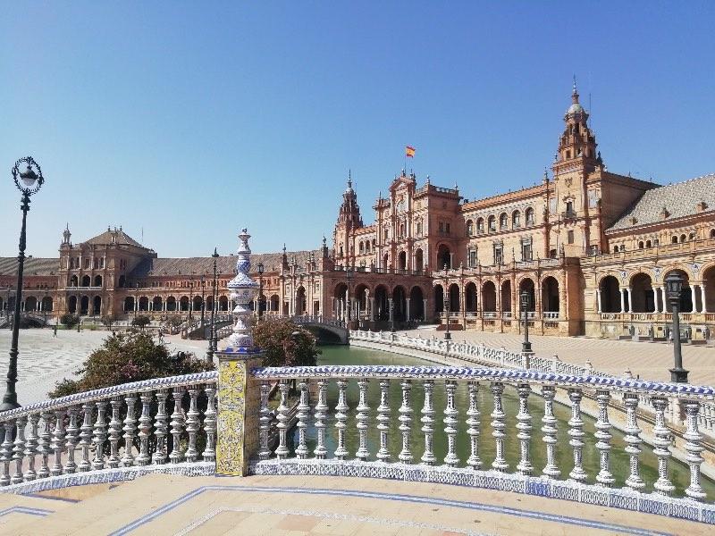 Découvrir l'Andalousie : la place d'Espagne montrant le savoir-faire artisanal de Séville