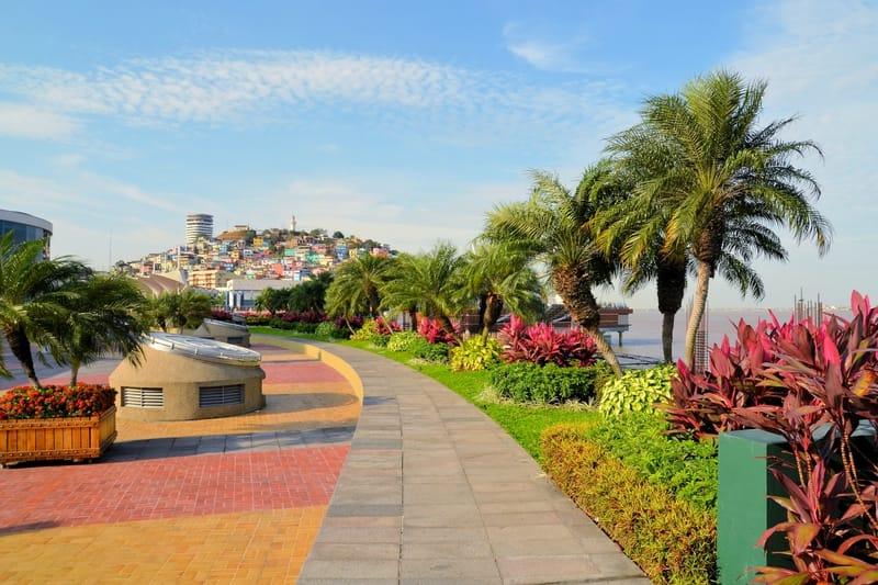 Vue sur le quartier Las Penas depuis la promenade Malecon 2000 à Guayaquil