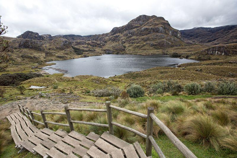 Vue sur un lac du parc national El Cajas