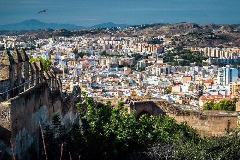 Visiter l'Andalousie : le paysage urbain de Malaga vu de loin