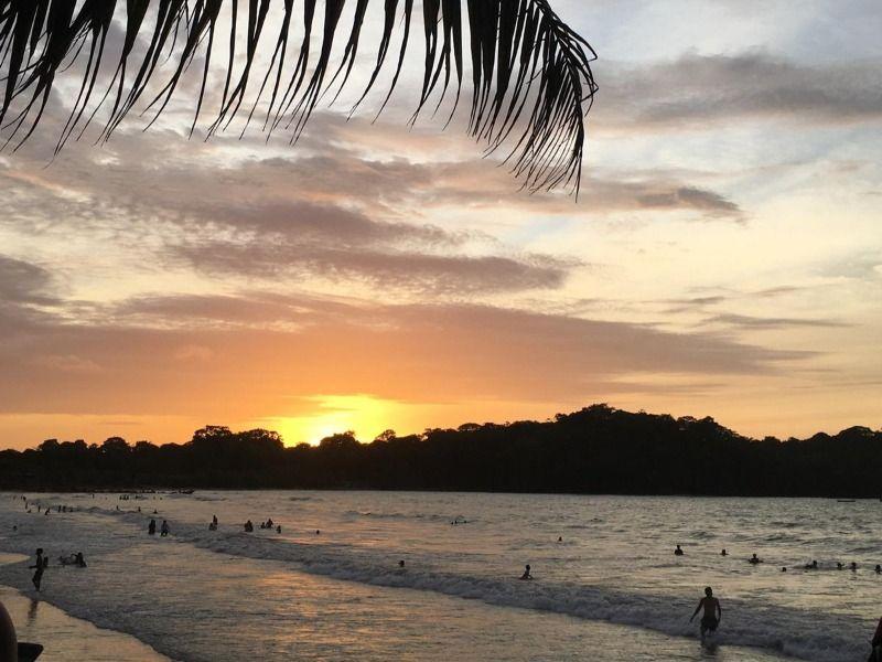 Coucher de soleil sur la plage de Mompiche dans la province d'Esmeraldas