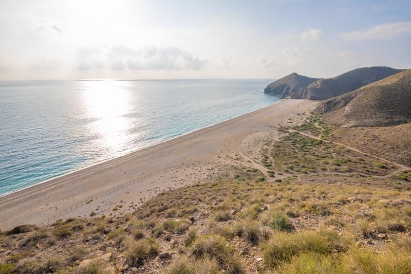 Visiter l'Andalousie : la playa de los Muertos vue du haut de la montagne