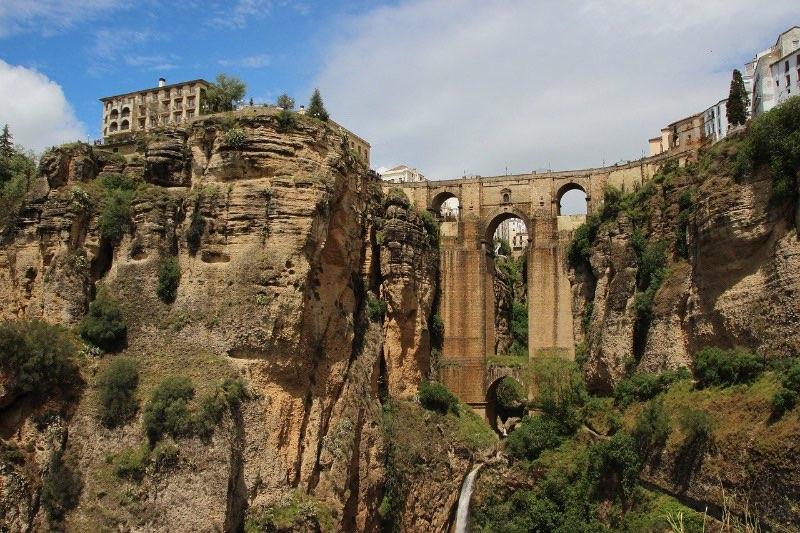 Visiter l'Andalousie : le Pont Neuf de Ronda vu d'en bas