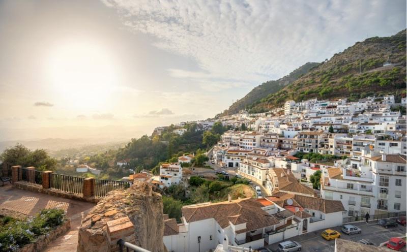 Visiter l'Andalousie : le village blanc de Mijas sous un beau coucher de soleil