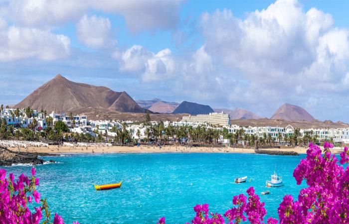 Panorama sur la Costa de Teguise à Lanzarote avec ses sublimes contrastes de couleurs