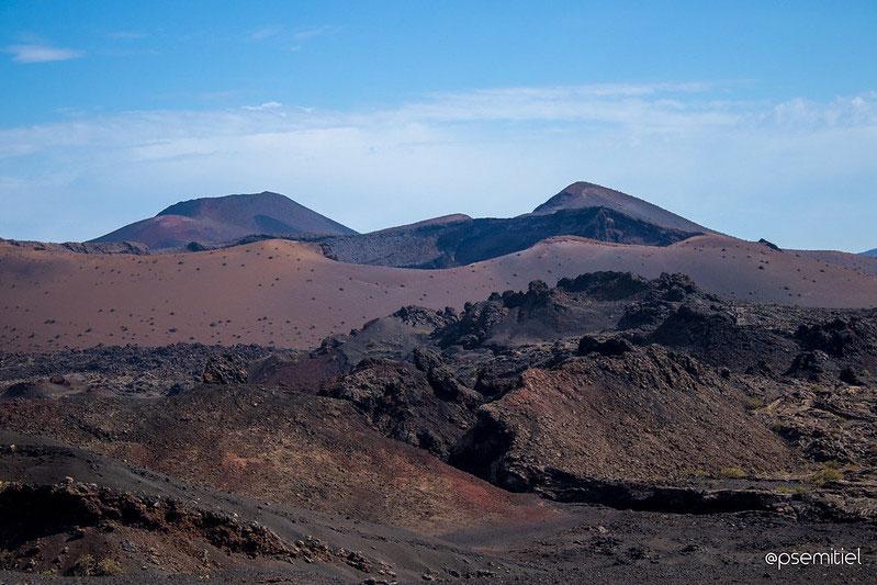 Admirer le contraste de couleurs des volcans de Lanzarote