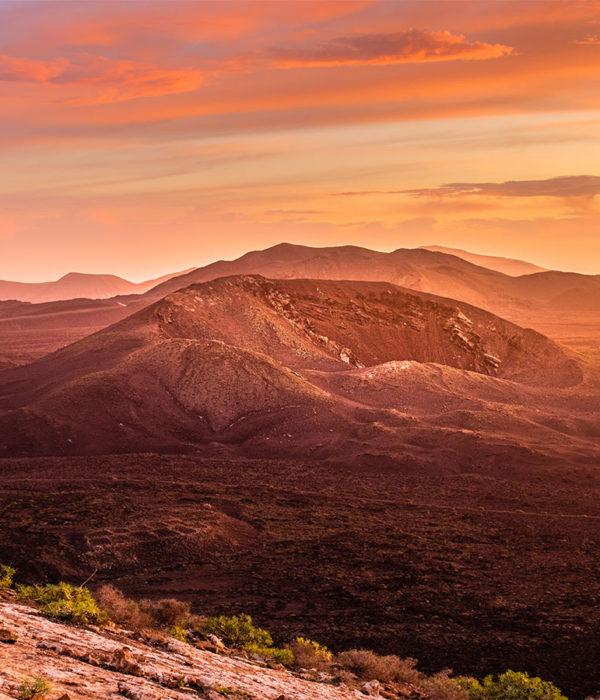 Magnifique couché du soleil depuis les hauteurs d'un volcan du parc naturel des volcans à Lanzarote