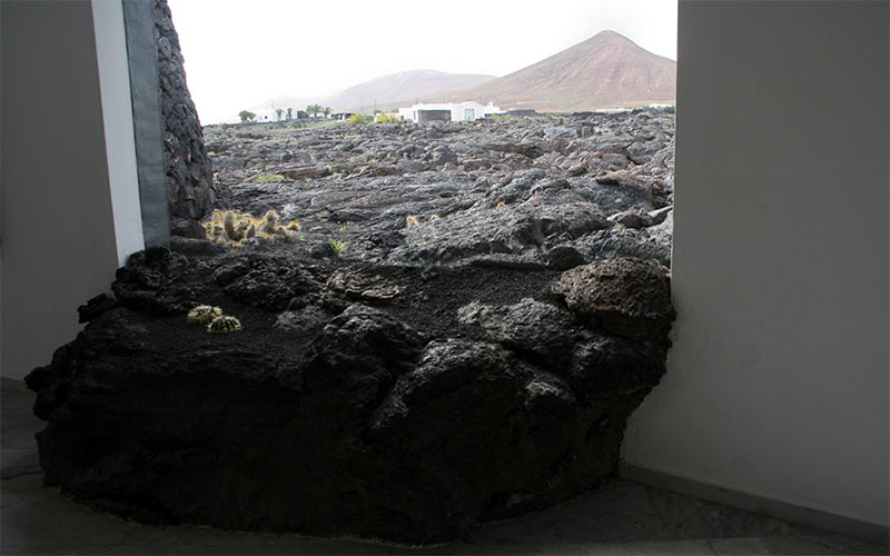 Coulée de lave entrant par la fenêtre de la Fondation César Manrique à Lanzarote