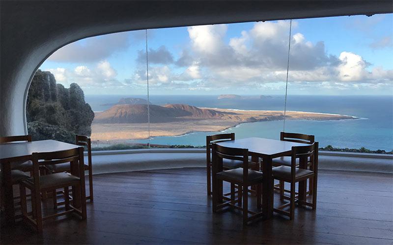 Panorama depuis l'intérieur du Mirador del Rio de César Manrique à Lanzarote