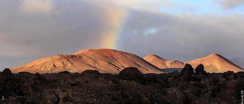 Joli arc-en-ciel dans le paysage lunaire des volcans de Lanzarote