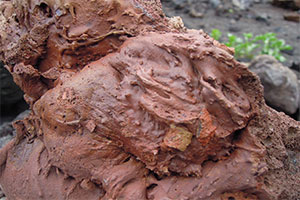 Formation d'une roche rouge de lave figée lors de l'éruption du volcan El Cuervo à Lanzarote