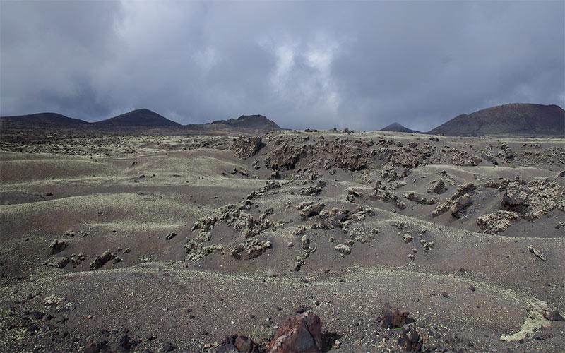 Déambuler parmi les vagues de lave autour du volcan El Cuervo à Lanzarote